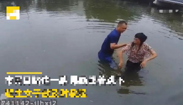 Phát hiện em bé bên trong xe đẩy ở bên cầu, người đàn ông đến xem rồi vội vã nhảy xuống nước và tình huống thót tim tại đó - Ảnh 4.