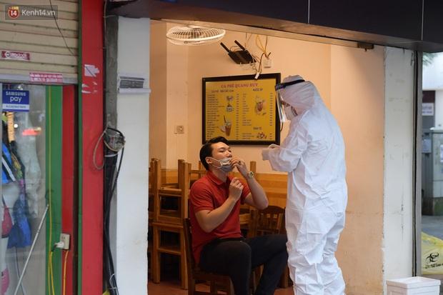 Hà Nội: Lấy mẫu xét nghiệm, phong toả hàng loạt quán cà phê, cửa hàng sau 5 ca dương tính SARS-CoV-2 - Ảnh 4.