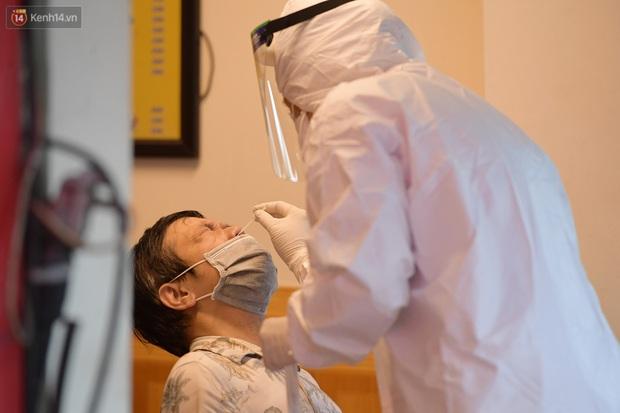 Hà Nội: Lấy mẫu xét nghiệm, phong toả hàng loạt quán cà phê, cửa hàng sau 5 ca dương tính SARS-CoV-2 - Ảnh 6.