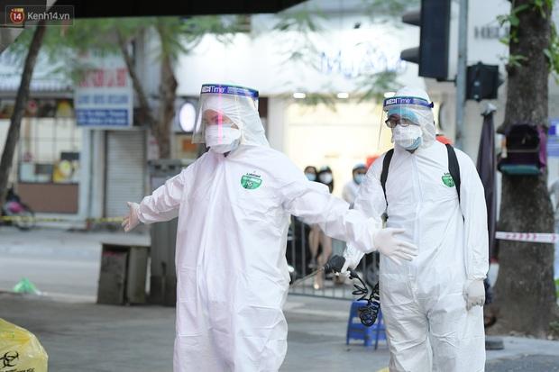 Hà Nội: Lấy mẫu xét nghiệm, phong toả hàng loạt quán cà phê, cửa hàng sau 5 ca dương tính SARS-CoV-2 - Ảnh 3.