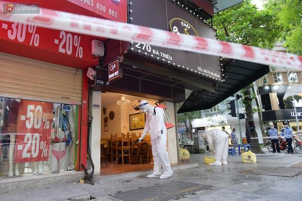 Hà Nội: Lấy mẫu xét nghiệm, phong toả hàng loạt quán cà phê, cửa hàng sau 5 ca dương tính SARS-CoV-2 - Ảnh 2.