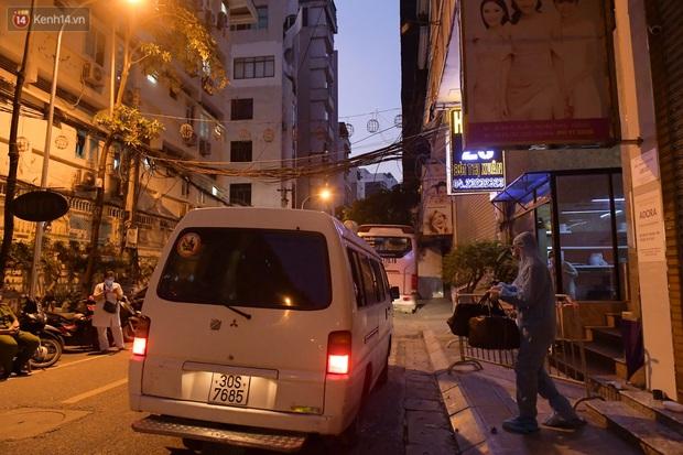 Hà Nội: Phong tỏa, đưa người của khách sạn, quán ăn trên phố Bùi Thị Xuân đi cách ly sau 5 ca dương tính SARS-CoV-2 - Ảnh 10.