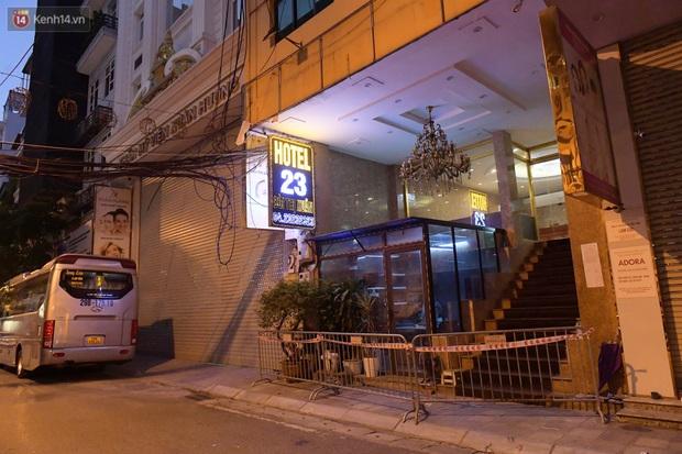 Hà Nội: Phong tỏa, đưa người của khách sạn, quán ăn trên phố Bùi Thị Xuân đi cách ly sau 5 ca dương tính SARS-CoV-2 - Ảnh 9.