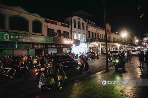 Một buổi tối cuối tuần ở khu hồ Gươm - trung tâm Hà Nội sau 3 tuần mở lại hàng quán trông như thế nào? - Ảnh 8.