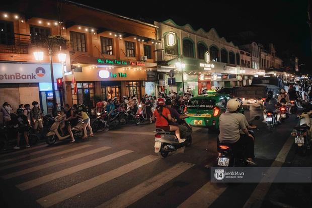 Một buổi tối cuối tuần ở khu hồ Gươm - trung tâm Hà Nội sau 3 tuần mở lại hàng quán trông như thế nào? - Ảnh 12.