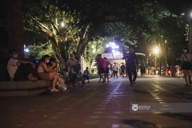 Một buổi tối cuối tuần ở khu hồ Gươm - trung tâm Hà Nội sau 3 tuần mở lại hàng quán trông như thế nào? - Ảnh 11.
