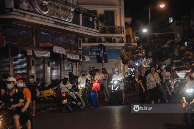 Một buổi tối cuối tuần ở khu hồ Gươm - trung tâm Hà Nội sau 3 tuần mở lại hàng quán trông như thế nào? - Ảnh 13.