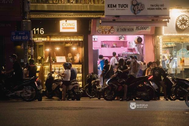Một buổi tối cuối tuần ở khu hồ Gươm - trung tâm Hà Nội sau 3 tuần mở lại hàng quán trông như thế nào? - Ảnh 7.