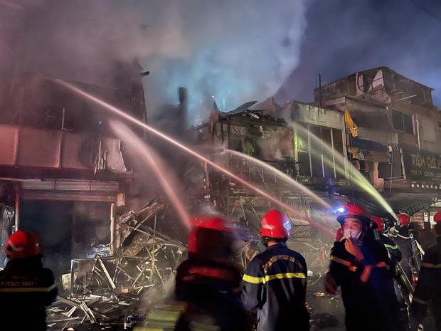 Khởi tố, bắt giam người đàn ông say xỉn gây ra vụ cháy khiến nhiều căn nhà bị thiêu rụi ở TP.HCM - Ảnh 2.