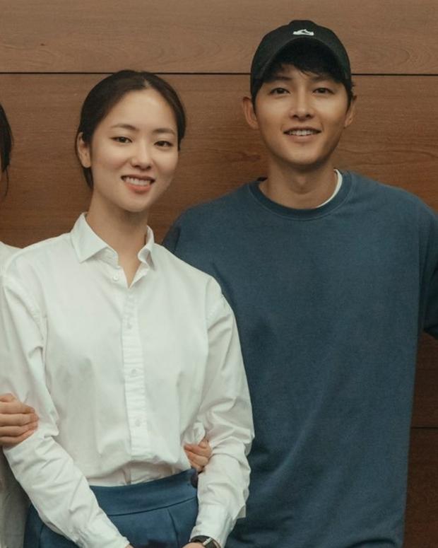4 năm rồi mới xuất hiện mỹ nhân khiến Song Joong Ki có cử chỉ thân mật y như với vợ cũ Song Hye Kyo - Ảnh 3.