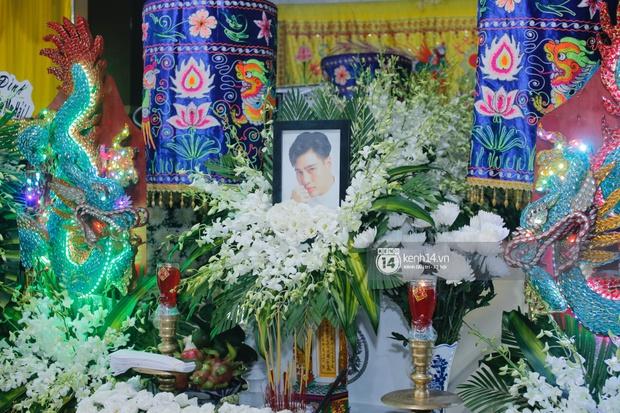 Tang lễ cố diễn viên Đức Long: Diễn ra trong vắng lặng, bố mẹ ngồi thất thần, Cao Thái Hà xúc động chia sẻ về người bạn quá cố - Ảnh 13.