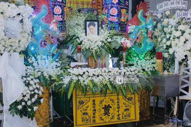 Tang lễ cố diễn viên Đức Long: Diễn ra trong vắng lặng, bố mẹ ngồi thất thần, Cao Thái Hà xúc động chia sẻ về người bạn quá cố - Ảnh 17.
