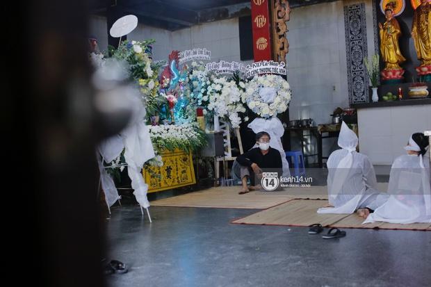 Tang lễ cố diễn viên Đức Long: Diễn ra trong vắng lặng, bố mẹ ngồi thất thần, Cao Thái Hà xúc động chia sẻ về người bạn quá cố - Ảnh 8.