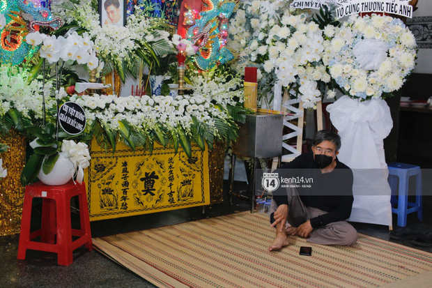 Tang lễ cố diễn viên Đức Long: Diễn ra trong vắng lặng, bố mẹ ngồi thất thần, Cao Thái Hà xúc động chia sẻ về người bạn quá cố - Ảnh 7.