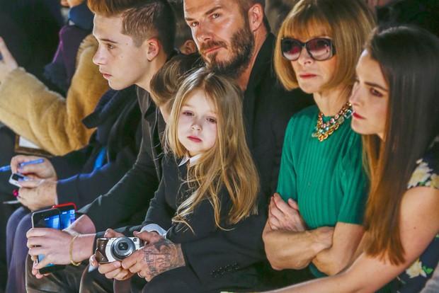 Ngỡ ngàng nhìn Harper Beckham thay đổi qua 10 năm: Từ bé đã được Tổng biên tập Vogue ưu ái, đi sự kiện mà át cả bố mẹ cực phẩm - Ảnh 11.