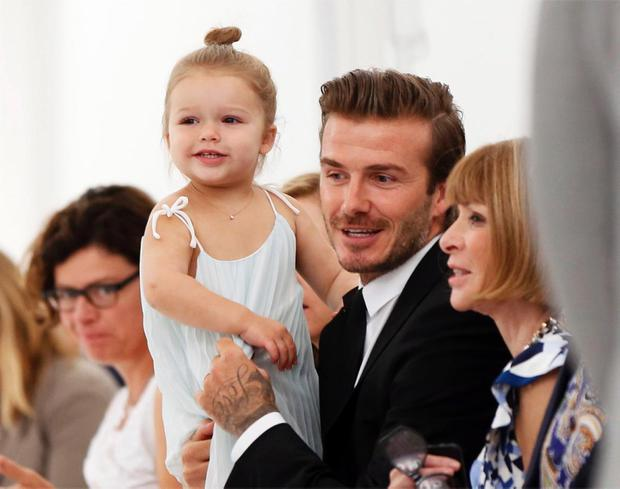 Ngỡ ngàng nhìn Harper Beckham thay đổi qua 10 năm: Từ bé đã được Tổng biên tập Vogue ưu ái, đi sự kiện mà át cả bố mẹ cực phẩm - Ảnh 6.