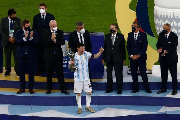 Ảnh: Messi nhắm nghiền mắt hôn chiếc cúp vô địch Nam Mỹ được cả quốc gia Argentina chờ đợi suốt 28 năm - Ảnh 2.