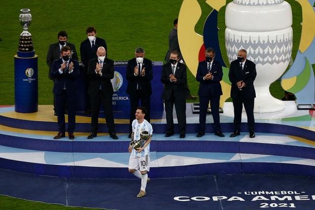Ảnh: Messi nhắm nghiền mắt hôn chiếc cúp vô địch Nam Mỹ được cả quốc gia Argentina chờ đợi suốt 28 năm - Ảnh 3.
