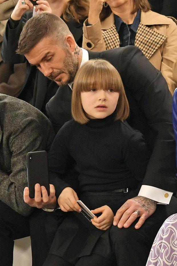Ngỡ ngàng nhìn Harper Beckham thay đổi qua 10 năm: Từ bé đã được Tổng biên tập Vogue ưu ái, đi sự kiện mà át cả bố mẹ cực phẩm - Ảnh 8.