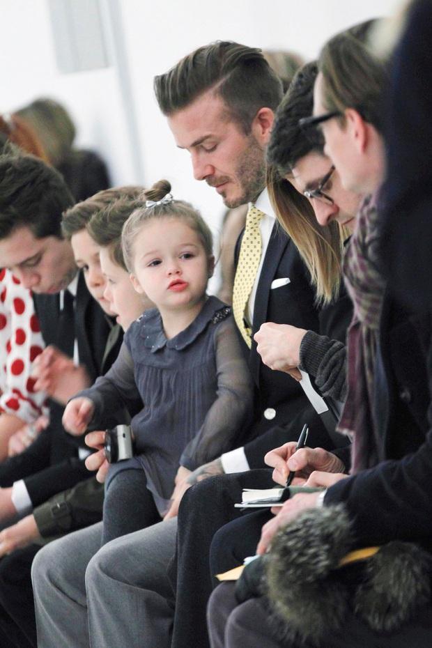 Ngỡ ngàng nhìn Harper Beckham thay đổi qua 10 năm: Từ bé đã được Tổng biên tập Vogue ưu ái, đi sự kiện mà át cả bố mẹ cực phẩm - Ảnh 3.