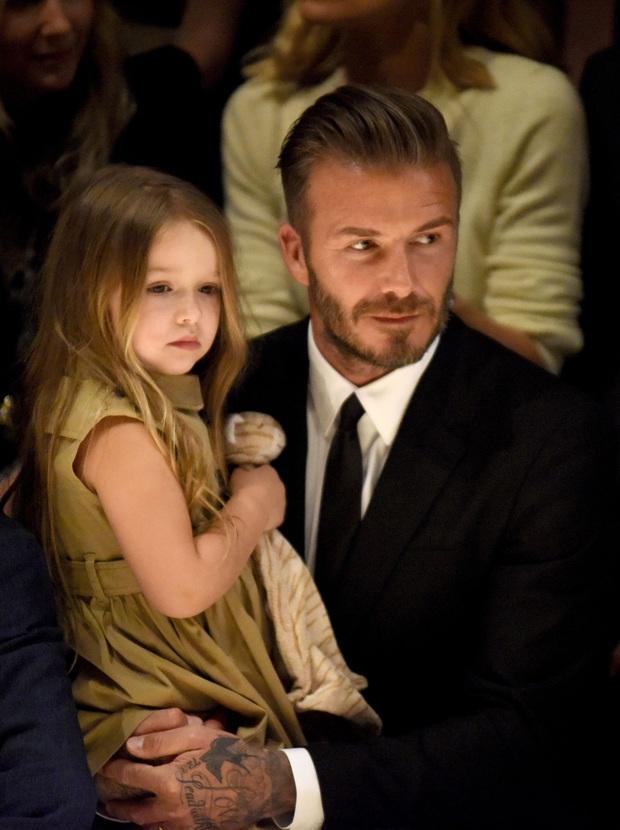 Ngỡ ngàng nhìn Harper Beckham thay đổi qua 10 năm: Từ bé đã được Tổng biên tập Vogue ưu ái, đi sự kiện mà át cả bố mẹ cực phẩm - Ảnh 10.