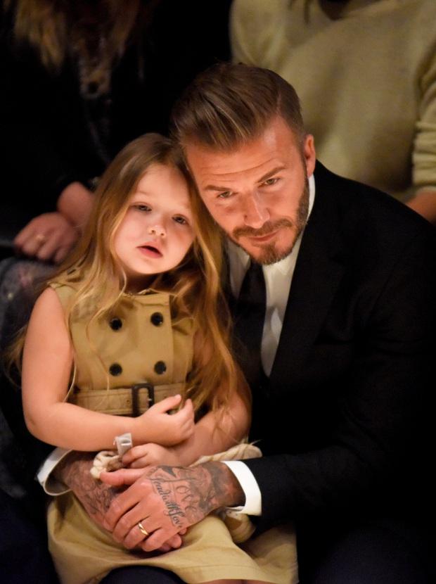 Ngỡ ngàng nhìn Harper Beckham thay đổi qua 10 năm: Từ bé đã được Tổng biên tập Vogue ưu ái, đi sự kiện mà át cả bố mẹ cực phẩm - Ảnh 5.
