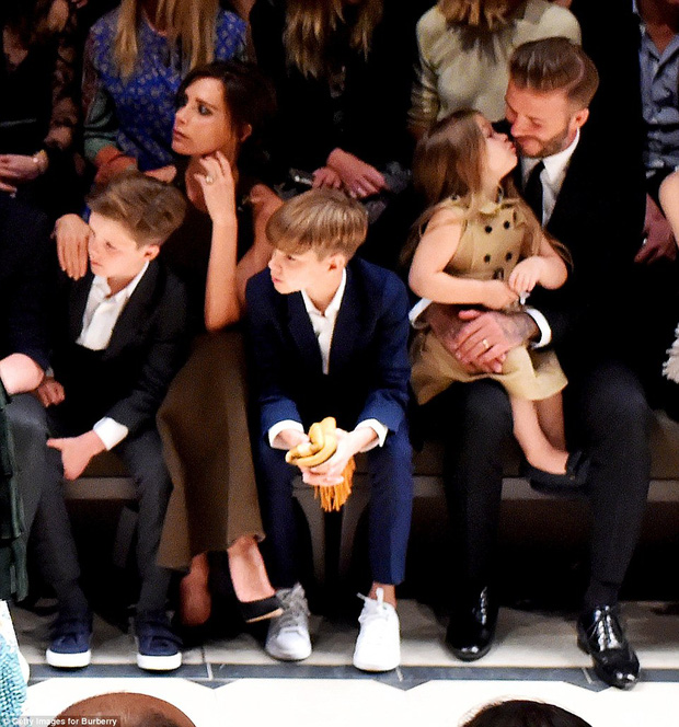 Ngỡ ngàng nhìn Harper Beckham thay đổi qua 10 năm: Từ bé đã được Tổng biên tập Vogue ưu ái, đi sự kiện mà át cả bố mẹ cực phẩm - Ảnh 12.