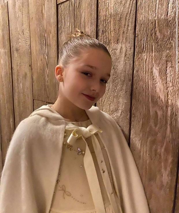 Ngỡ ngàng nhìn Harper Beckham thay đổi qua 10 năm: Từ bé đã được Tổng biên tập Vogue ưu ái, đi sự kiện mà át cả bố mẹ cực phẩm - Ảnh 17.