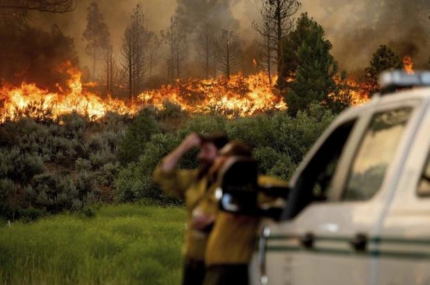 Nước từ máy bay chưa chạm đất đã bốc hơi, cháy rừng ở Mỹ gần như mất kiểm soát - Ảnh 1.