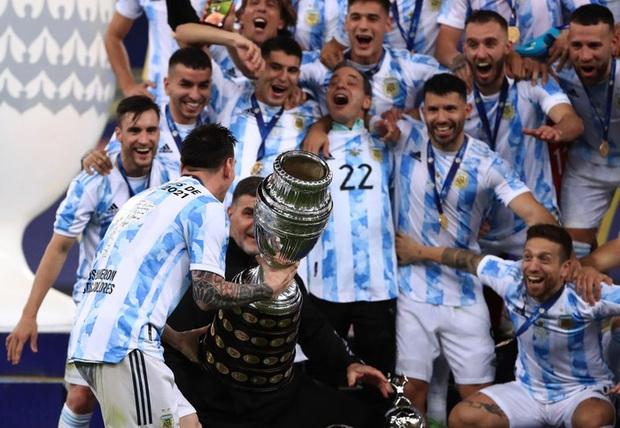 Ảnh: Messi nhắm nghiền mắt hôn chiếc cúp vô địch Nam Mỹ được cả quốc gia Argentina chờ đợi suốt 28 năm - Ảnh 5.