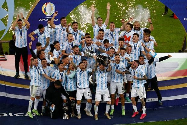 Ảnh: Messi nhắm nghiền mắt hôn chiếc cúp vô địch Nam Mỹ được cả quốc gia Argentina chờ đợi suốt 28 năm - Ảnh 6.