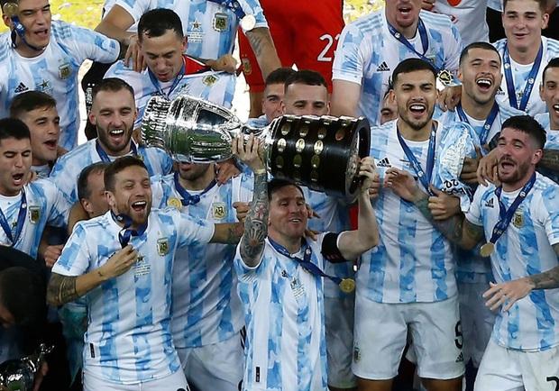 Ảnh: Messi nhắm nghiền mắt hôn chiếc cúp vô địch Nam Mỹ được cả quốc gia Argentina chờ đợi suốt 28 năm - Ảnh 7.