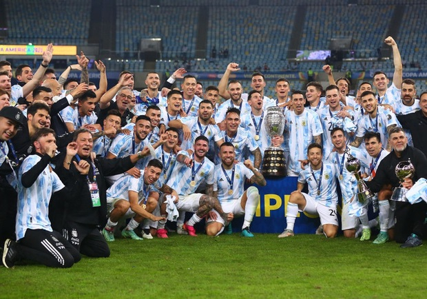Ảnh: Messi nhắm nghiền mắt hôn chiếc cúp vô địch Nam Mỹ được cả quốc gia Argentina chờ đợi suốt 28 năm - Ảnh 9.
