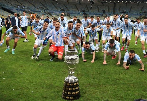 Ảnh: Messi nhắm nghiền mắt hôn chiếc cúp vô địch Nam Mỹ được cả quốc gia Argentina chờ đợi suốt 28 năm - Ảnh 10.