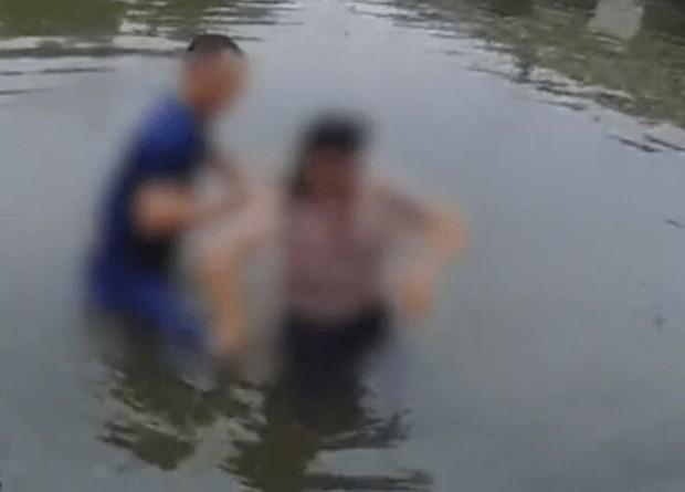 Phát hiện em bé bên trong xe đẩy ở bên cầu, người đàn ông đến xem rồi vội vã nhảy xuống nước và tình huống thót tim tại đó - Ảnh 3.
