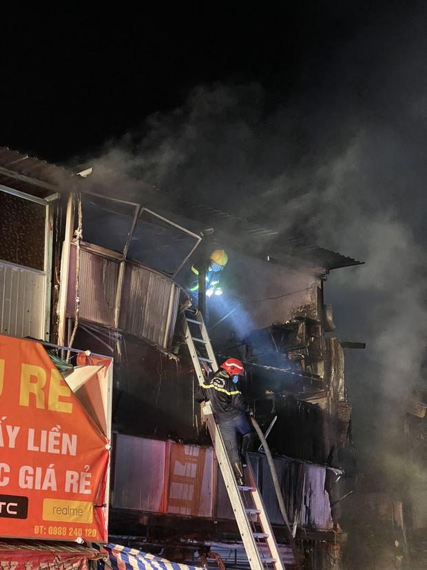 Khởi tố, bắt giam người đàn ông say xỉn gây ra vụ cháy khiến nhiều căn nhà bị thiêu rụi ở TP.HCM - Ảnh 3.