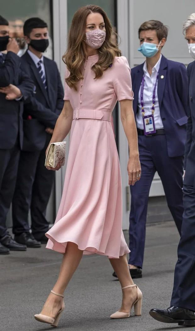 Bận nhất hôm nay là Công nương Kate Middleton: Tất tả chạy sô từ Wimbledon sang Chung kết Euro, còn kịp thay đồ nhanh quá - Ảnh 10.