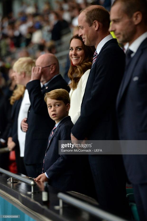 Biểu cảm đóng băng của Hoàng tử George khi Anh bại trận ở Chung kết Euro gây sốt MXH: Buồn thôi có cần đáng yêu vậy không? - Ảnh 6.