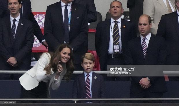 Biểu cảm đóng băng của Hoàng tử George khi Anh bại trận ở Chung kết Euro gây sốt MXH: Buồn thôi có cần đáng yêu vậy không? - Ảnh 7.