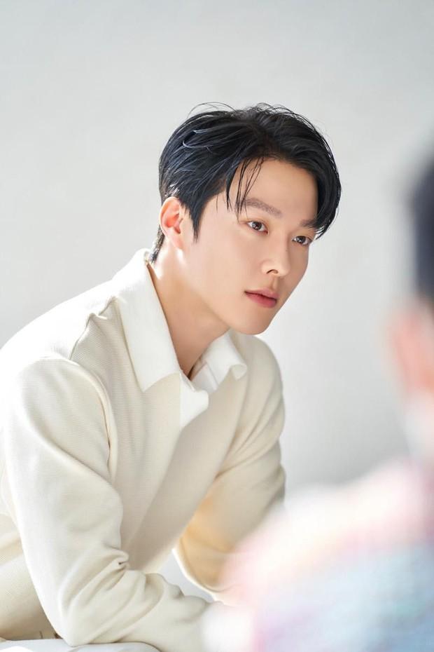 Nam thần điện ảnh mới đến từ YG Jang Ki Yong: Na ná Hyun Bin, trùng hợp sắp yêu Song Hye Kyo, nghi chen vào cặp đôi Reply 1988 - Ảnh 2.