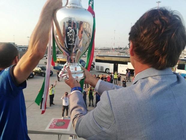 Nóng: Thủ đô Rome mở lễ hội chào đón tuyển Italy mang cúp vô địch Euro trở về - Ảnh 3.