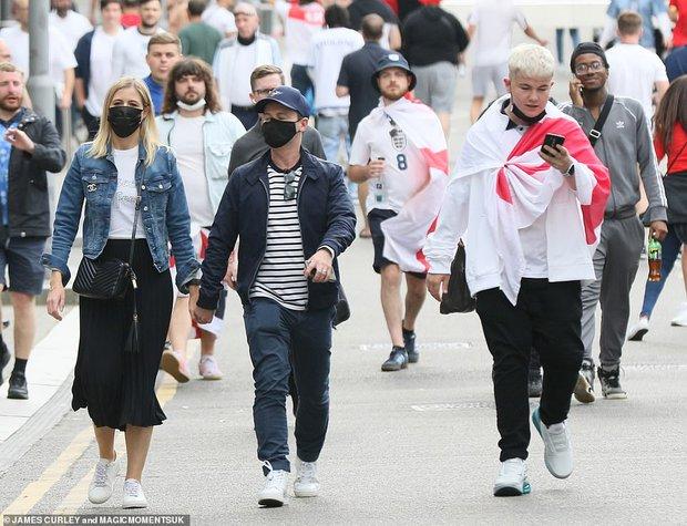 Dàn sao đổ bộ Chung kết Euro 2020: David Beckham - Tom Cruise thân mật gây bão, Harper xinh xắn át cả siêu mẫu Kate Moss - Ảnh 15.