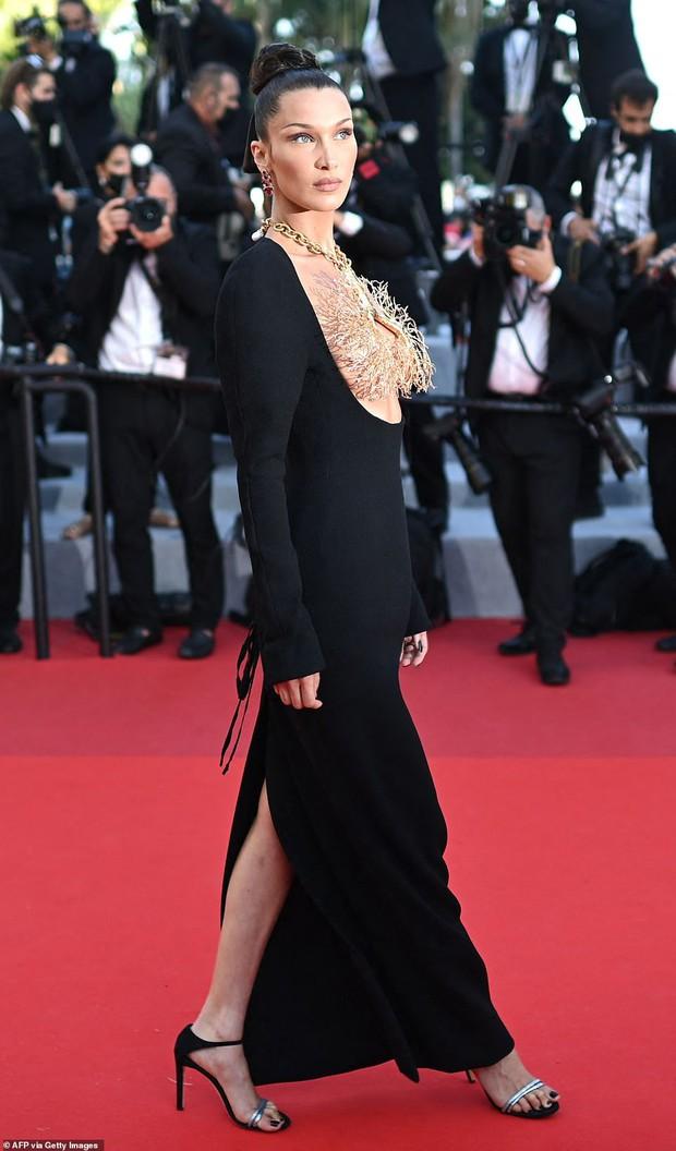 Thảm đỏ LHP Cannes ngày 6: Bella Hadid hở bạo che ngực bằng cành cây, thiên thần Victorias Secret thả rông nhưng sao mờ nhạt quá - Ảnh 5.