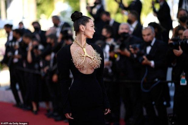 Thảm đỏ LHP Cannes ngày 6: Bella Hadid hở bạo che ngực bằng cành cây, thiên thần Victorias Secret thả rông nhưng sao mờ nhạt quá - Ảnh 4.