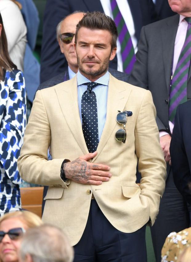 David Beckham càn quét từ Wimbledon đến Euro: Lên đồ biến sự kiện thành sàn diễn, visual đỉnh cao đè bẹp Tom Cruise - Ed Sheeran - Ảnh 8.
