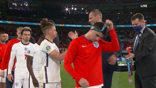 Nhiều cầu thủ tuyển Anh tháo bỏ huy chương ngay sau khi được trao, Harry Kane cũng không ngoại lệ - Ảnh 4.