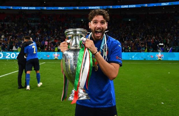 Dàn nam thần nước Ý rủ nhau cắt lưới ĐT Anh, khung thành sân Wembley sau trận Chung kết Euro 2020 chỉ còn cái nịt - Ảnh 6.