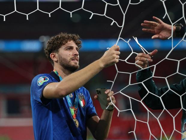 Dàn nam thần nước Ý rủ nhau cắt lưới ĐT Anh, khung thành sân Wembley sau trận Chung kết Euro 2020 chỉ còn cái nịt - Ảnh 3.