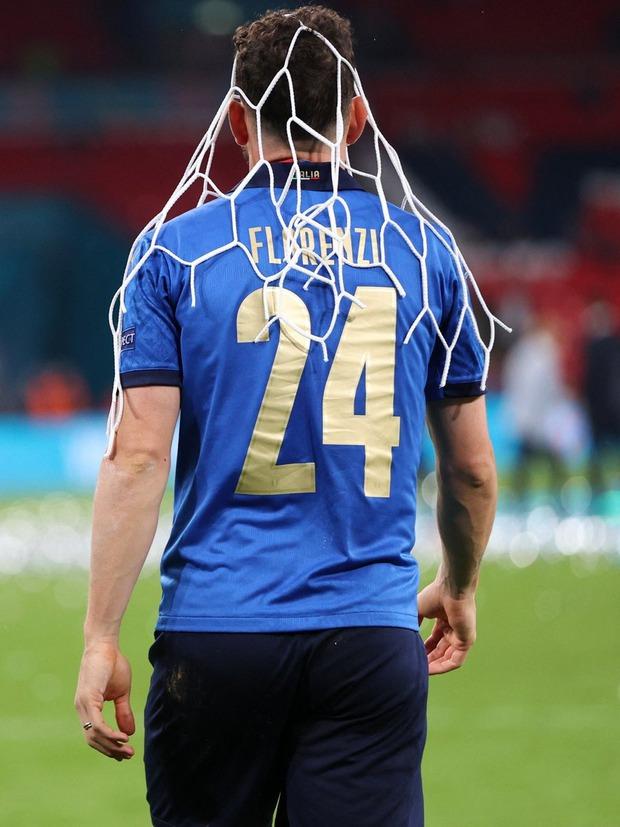 Dàn nam thần nước Ý rủ nhau cắt lưới ĐT Anh, khung thành sân Wembley sau trận Chung kết Euro 2020 chỉ còn cái nịt - Ảnh 5.