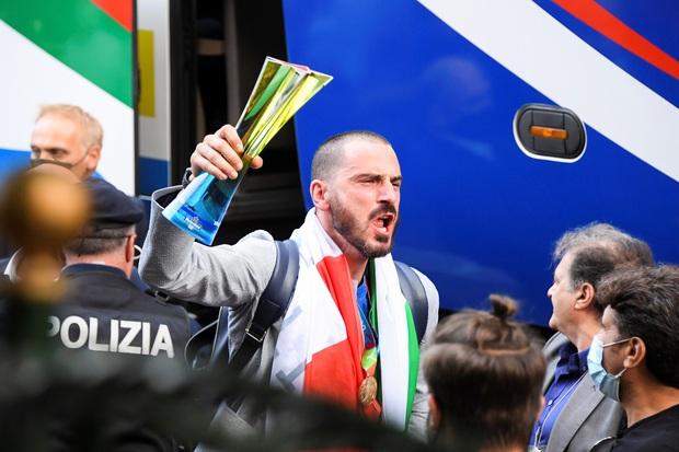 Nóng: Thủ đô Rome mở lễ hội chào đón tuyển Italy mang cúp vô địch Euro trở về - Ảnh 10.
